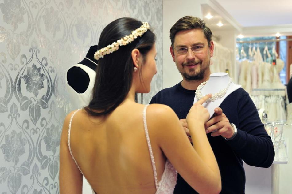 Neben Brautkleidern hat René Frank Georgie auch die passendenAccessoires.