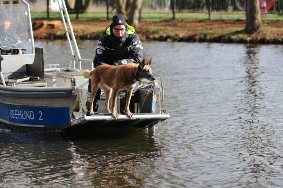 Mit einem Boot suchen Polizeibeamte mit einem Spürhund auf dem Storkower Kanal nahe dem Wolziger See im Landkreis Dahme-Spreewald.