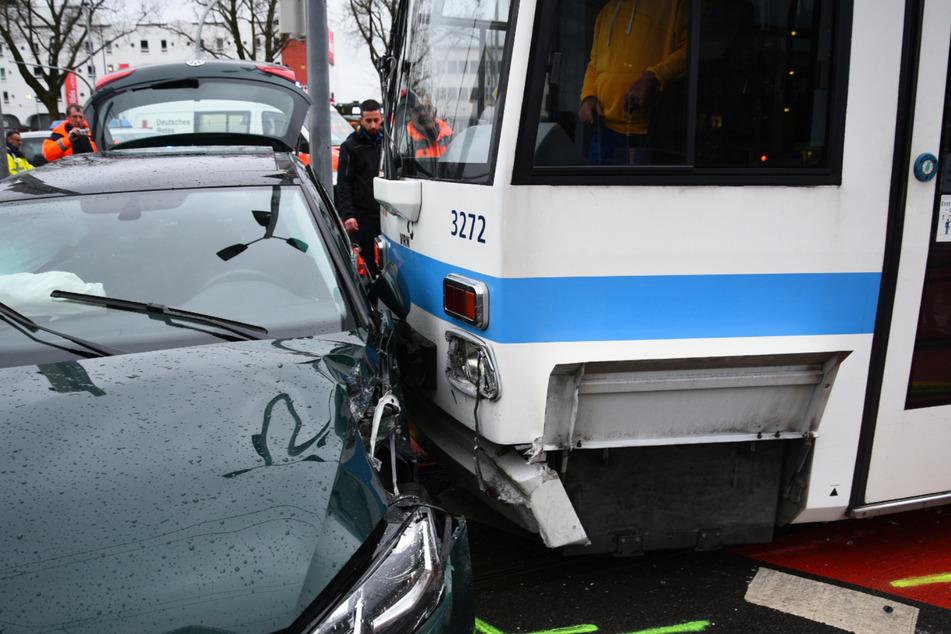 Autofahrerin kollidiert mit Straßenbahn und verletzt sich