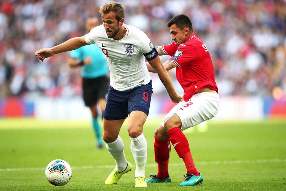 Weltklasse statt 3. Liga - Georgi Sarmov (r.) im Duell mit Englands dreifachem Torschützen Harry Kane.