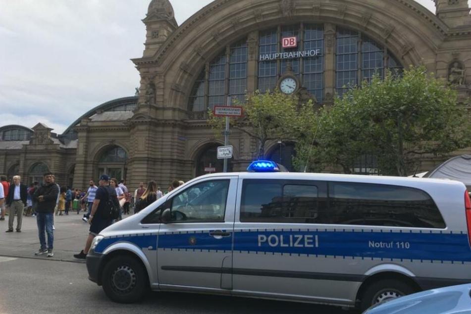 Auch am Freitagnachmittag befanden sich noch Einsatzfahrzeuge der Polizei vor dem Frankfurter Hauptbahnhof.