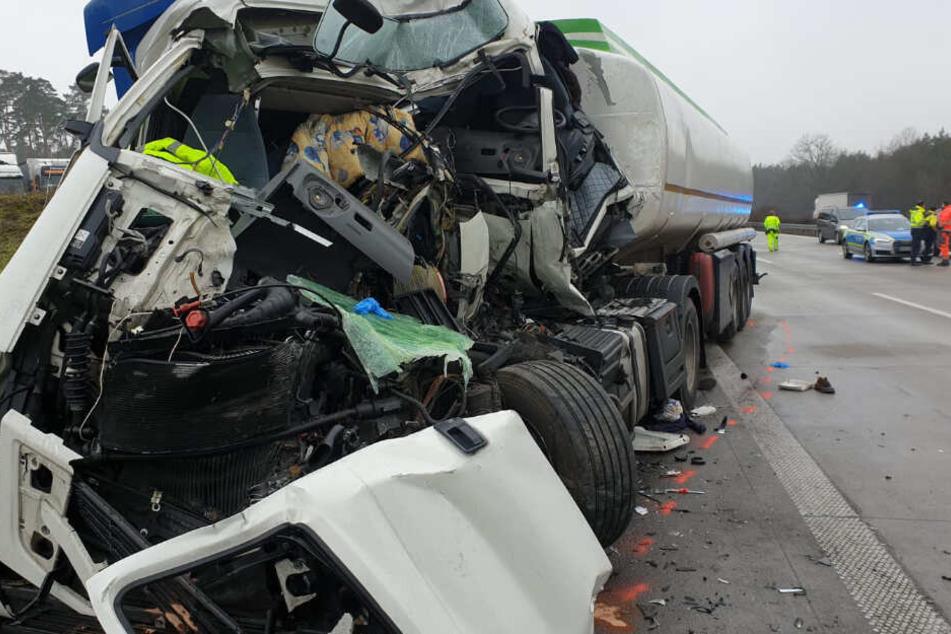 Der LKW-Fahrer musste von der Feuerwehr befreit werden.