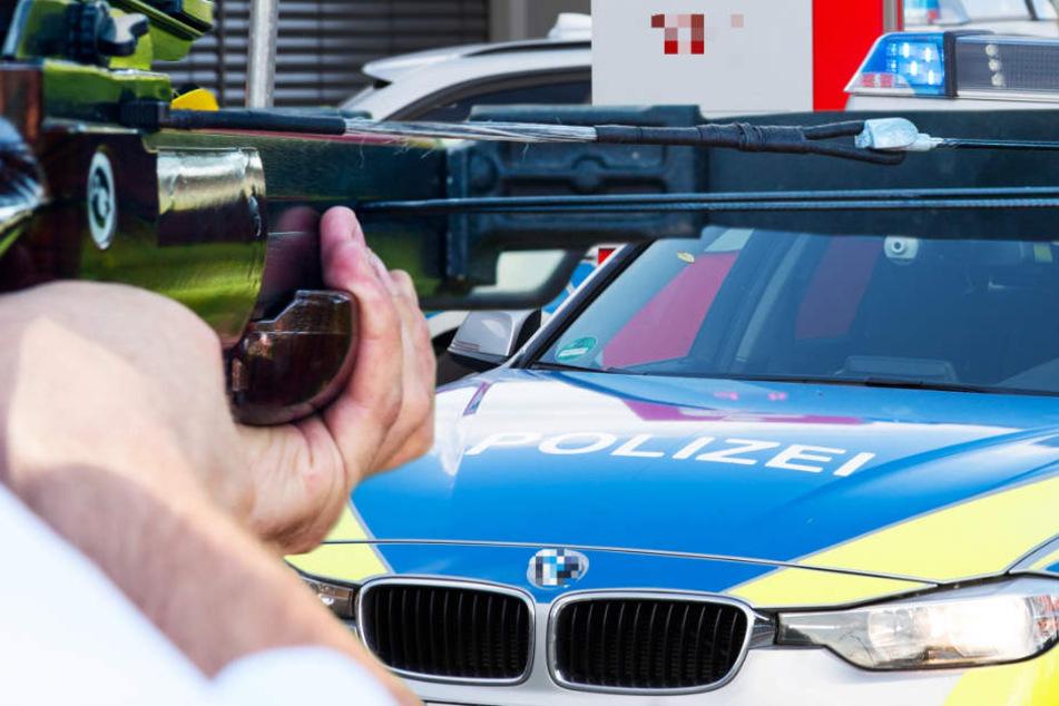 Die Polizisten stellten eine Armbrust mitsamt Pfeilen sicher (Symbolbild).