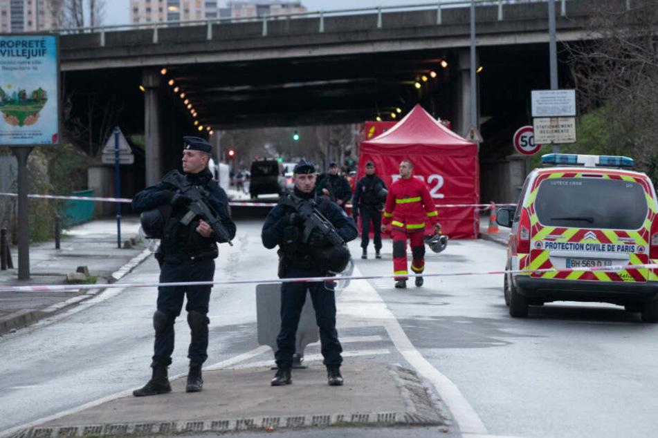 Polizisten sichern den Tatort nach einer Messerattacke in Villejuif bei Paris.