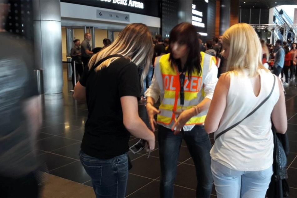Eine LKA-Beamtin warnt zwei junge Frauen vor den Tricks der Taschendiebe.