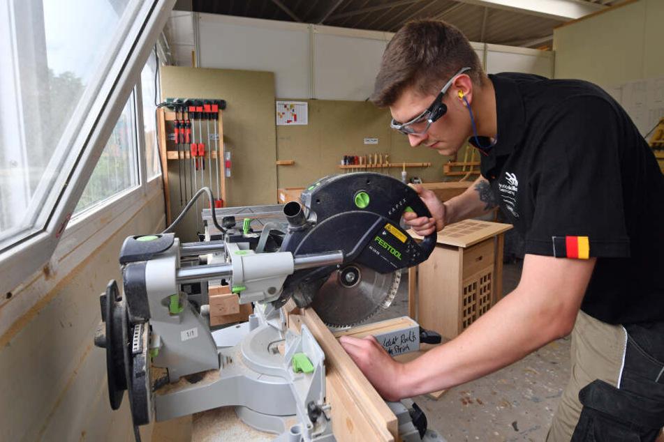 Der Leipziger Tischlergeselle Johannes Bänsch (20) bereitet sich an einer Kreissäge auf die Berufe-Weltmeisterschaft vor.
