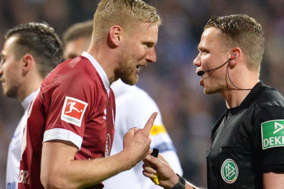 Hanno Behrens (l.) versuchte alles, hatte mit seinem Protest bei Robert Kampka aber keine Chance.