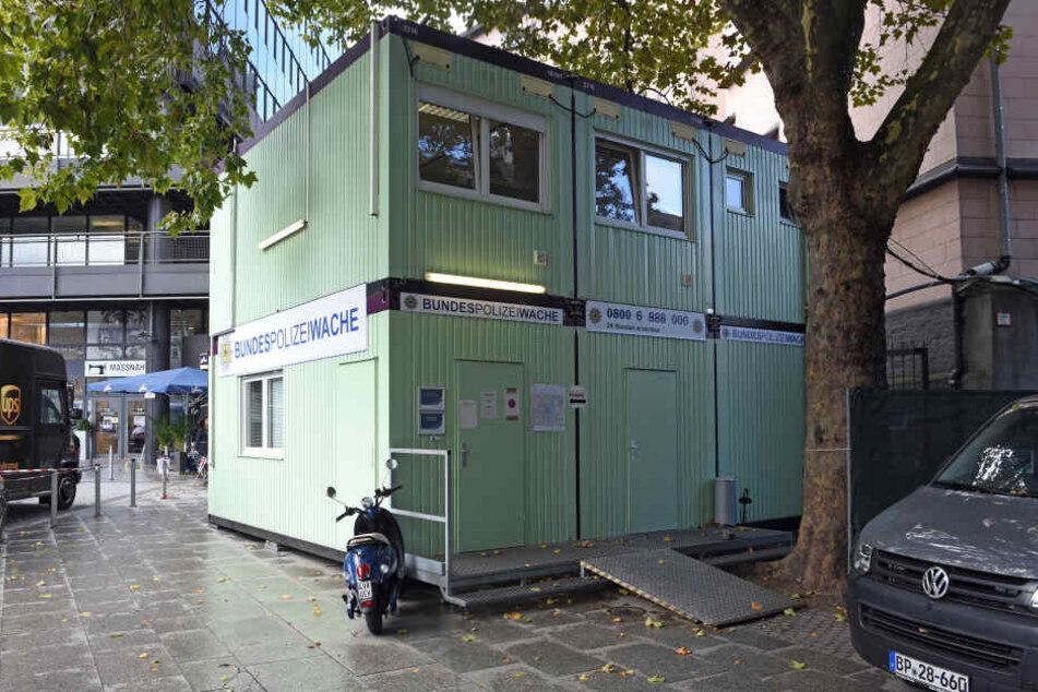 Die Container der provisorischen Polizeiwache der Bundespolizei stehen vor dem Hauptbahnhof in Köln.