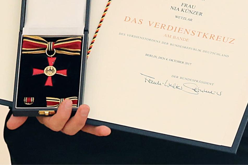 Das Verdienstkreuz am Bande der Bundesrepublik wird vom Bundespräsidenten verliehen.