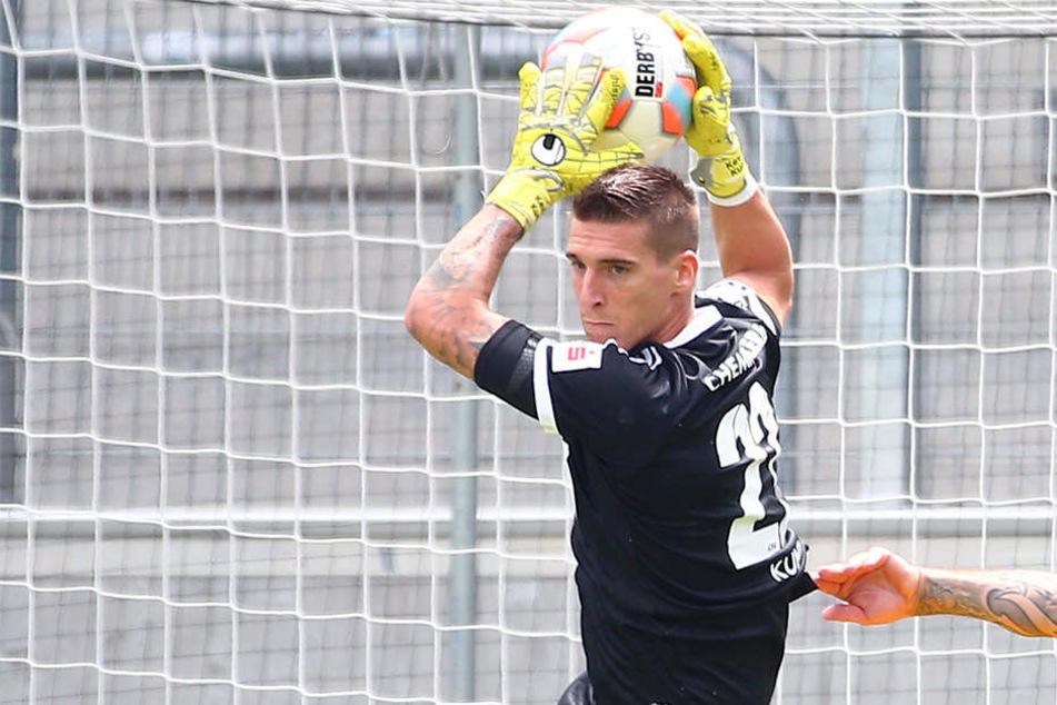 Kevin Kunz fängt einen Ball vor einem Angreifer von Dukla Prag ab.