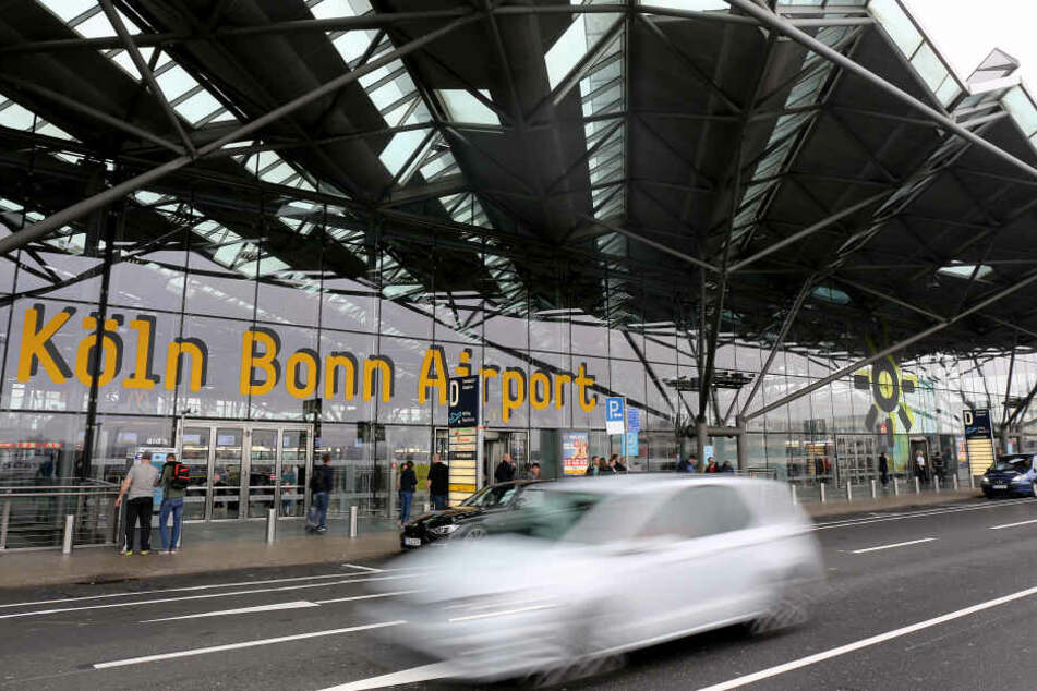 Abholer in Köln warten vor den Schranken, um die Parkgebühren zu sparen, die nach zehn Minuten fällig werden.