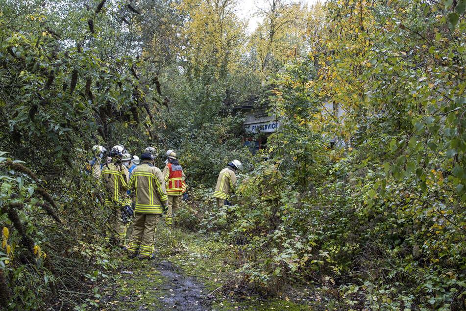 Feuerwehrkräfte bargen die 14-Jährige aus dem Keller eines Abbruchhauses auf der Heerstraße.