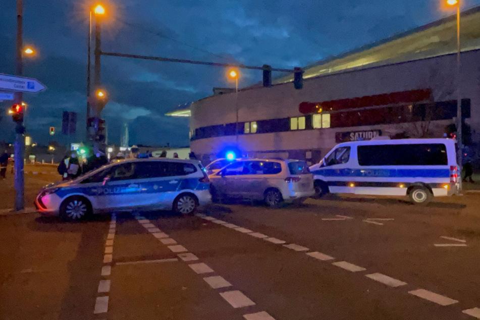Polizisten am Tatort.