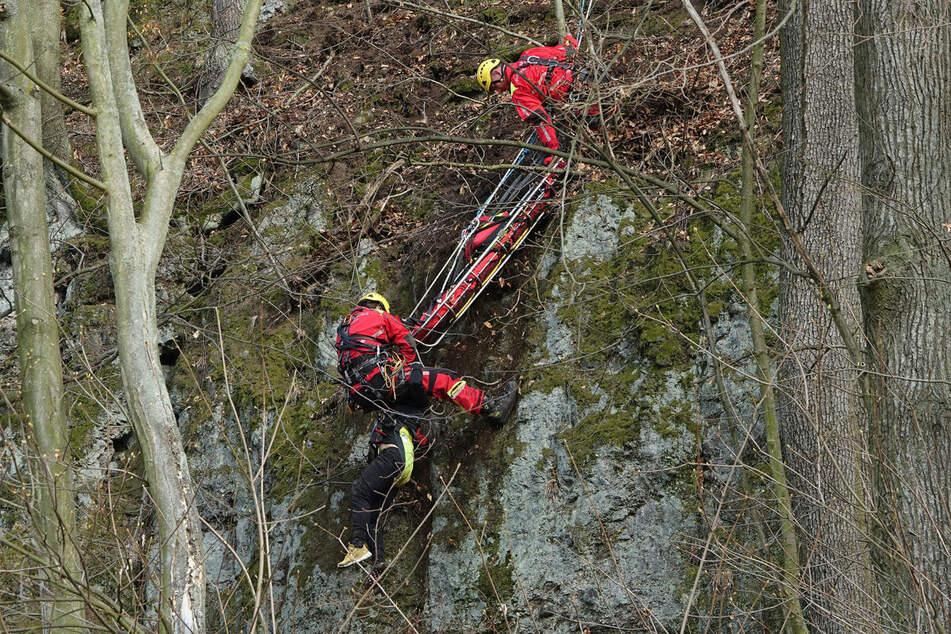 Ganz schön abschüssig! Die Spezialkräfte der Feuerwehr machen sich auf den Weg, zwei Personen von einem Hang zu retten.