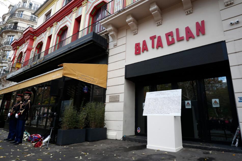 Am Eingang des Bataclan-Konzertsaals befindet sich eine Gedenktafel, die an den Anschlag vom November 2015 erinnert.