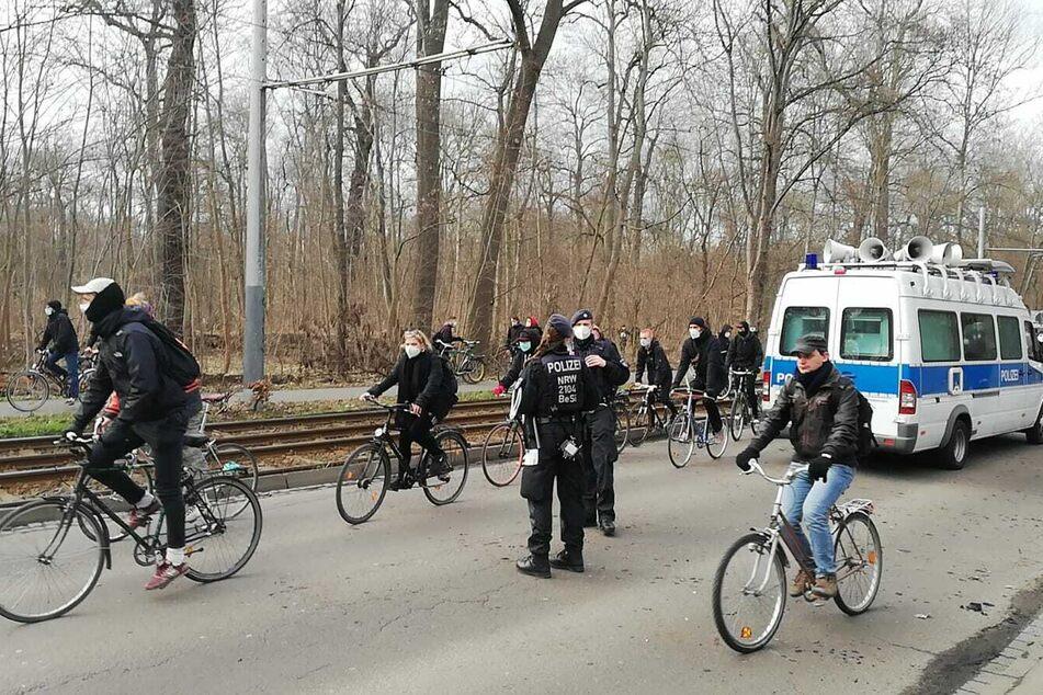 Demonstranten ziehen von der Waldstraße weiter. Ein Teil soll sich wieder in Richtung Innenstadt bewegt haben, andere offenbar gen Westen weitergezogen sein.
