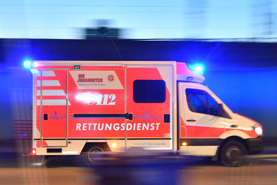 Unfall auf Bundesstraße: Zwei Verletzte bei Bus-Crash