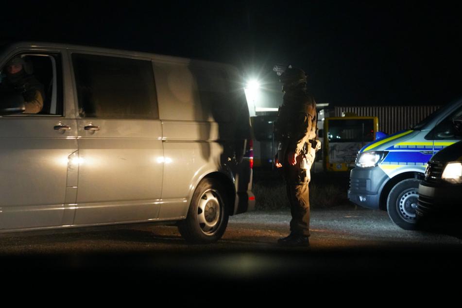 Nach einem versuchten Tötungsdelikt in der Rockerszene durchsuchten Polizei-Spezialeinheiten im Großraum Regensburg mehrere Gebäude.