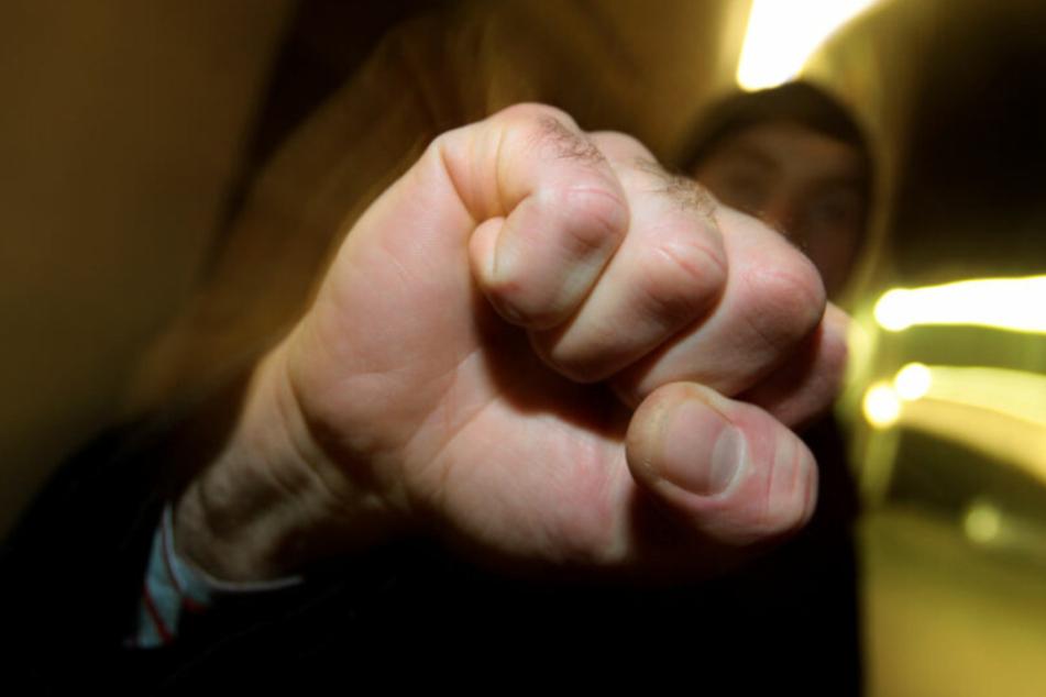 Ein 13-Jähriger ist von mehreren Jugendlichen verprügelt worden. (Symbolbild)