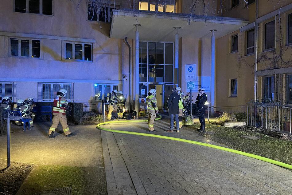 Rund 100 Feuerwehrleute waren wegen des Brandes am Krankenhaus im Einsatz.