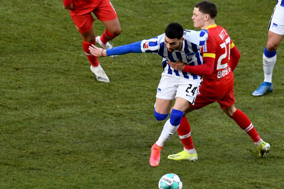 Wenn er einmal das Tempo anzieht, ist Herthas Nemanja Radonjic (25, l.) nur schwer zu stoppen. Hier setzt der Serbe sich gegen Leverkusens Florian Wirtz (18) durch.