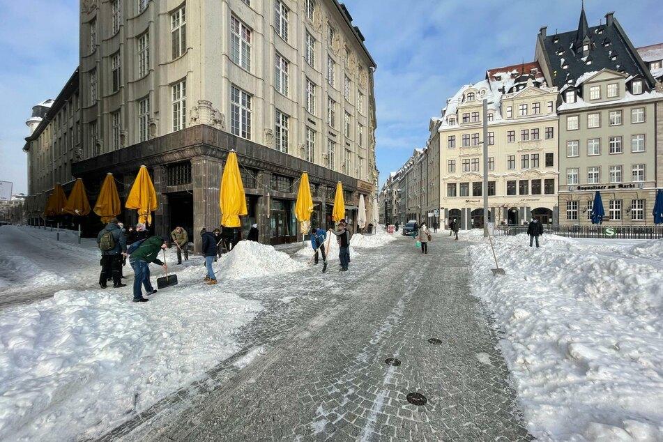 Am Mittwoch hatten Leipzigs Gastronomen bereits die Fußgängerzone sowie die Zufahrtsstraßen zum Leipziger Markt von Schnee geräumt. Ob der Wochenmarkt am Freitag stattfinden kann, wird allerdings noch entschieden.
