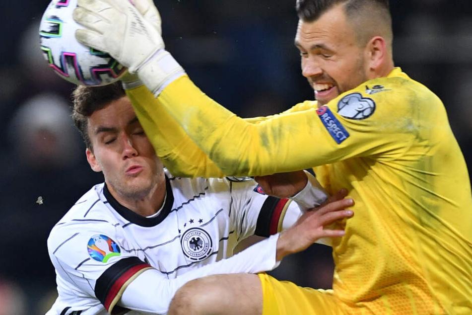 DFB-Spieler Luca Waldschmidt (l.) wurde bei einem Zusammenprall schwer verletzt.
