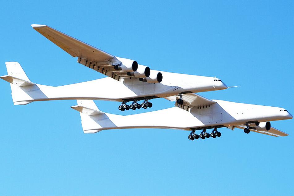 Zwei Rümpfe, sechs Triebwerke: Das größte Flugzeug der Welt hebt zum ersten Mal ab!