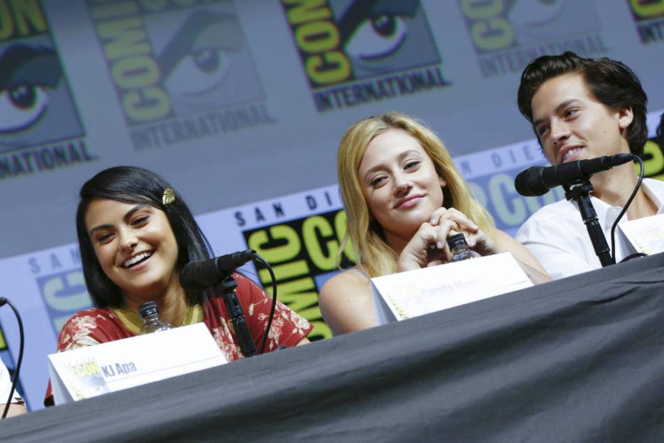 Die Riverdale-Schauspieler Camilla Mendes (links), Lili Reinhart (mitte) und Cole Sprouse (rechts) auf der Comic Con 2018.