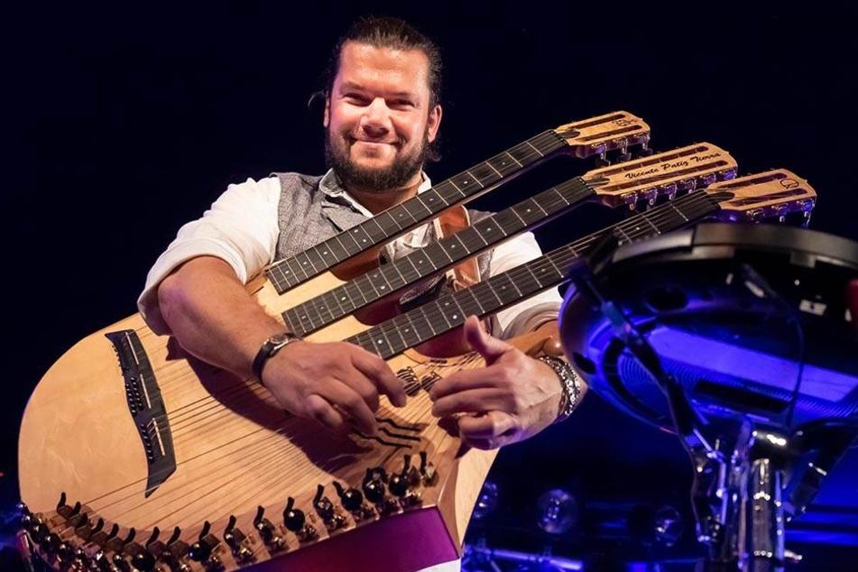 Vicente Patiz (42) mit seinem Königs-Instrument: Die Harfen-Gitarre wurde im Vogtland hergestellt.