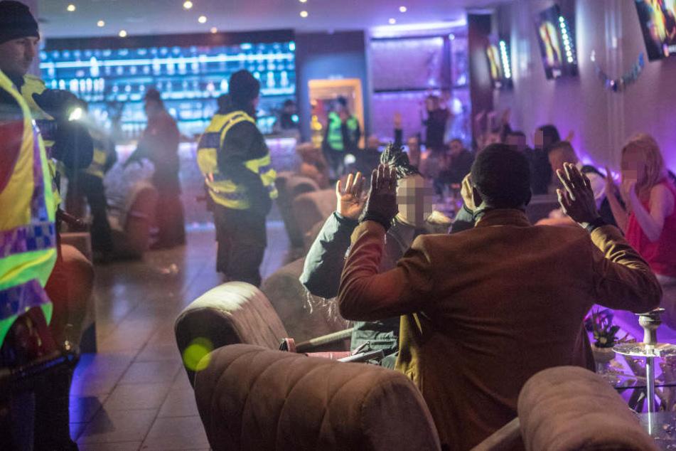 Die Polizei stürmte eine Shisha-Bar. Die anwesenden Personen mussten ihre Hände zeigen.