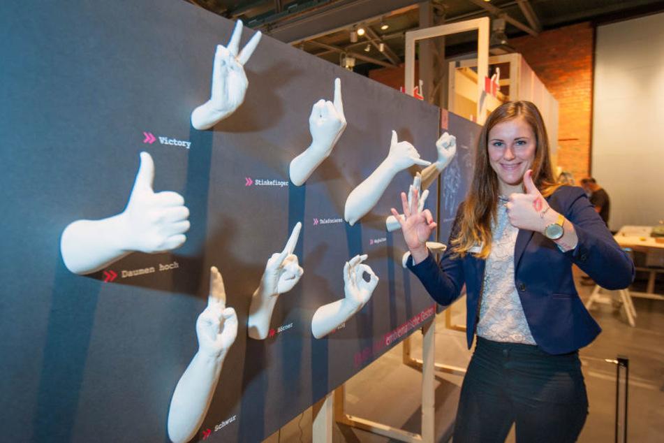 Lisa Parthum (25) betrachtet im Industriemuseum in Chemnitz Gipshände in verschiedenen Gesten.