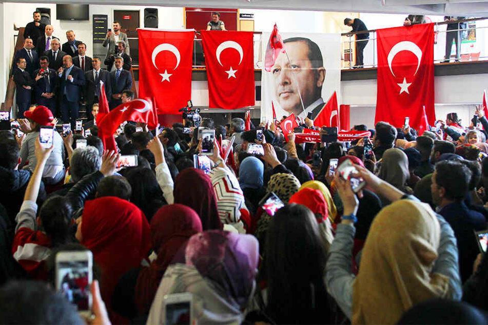 Türkische Minister ziehen momentan durch ganz Europa und führen Wahlveranstaltungen wie hier in Metz (Frankreich) durch.
