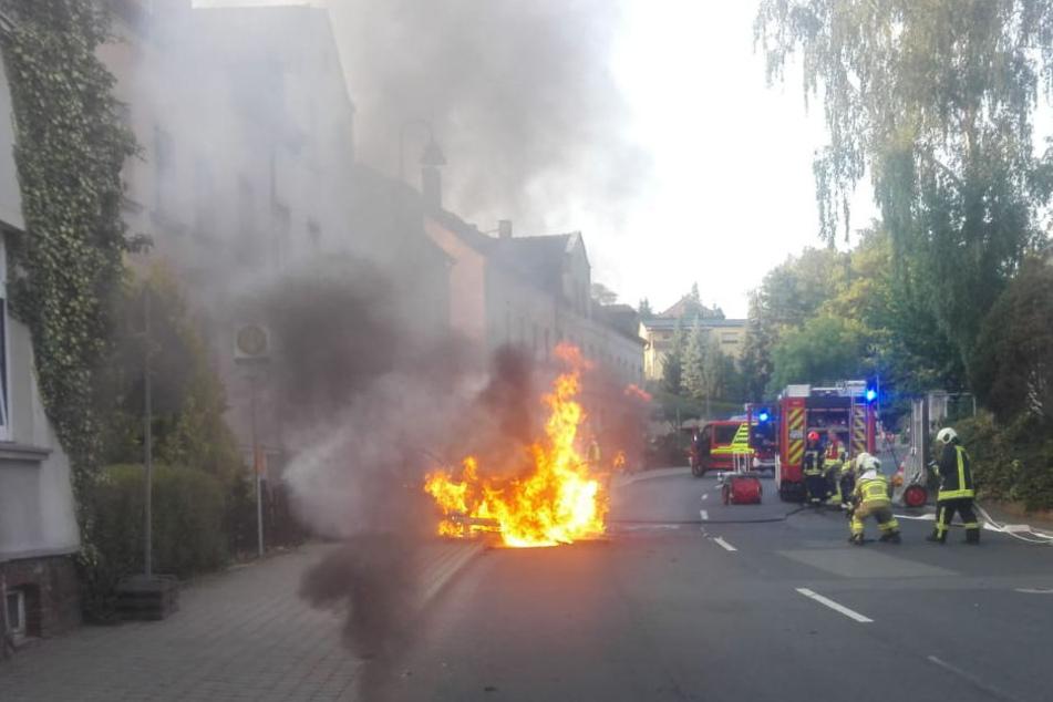 Auch ein Gartenzaun fiel den Flammen zum Opfer.