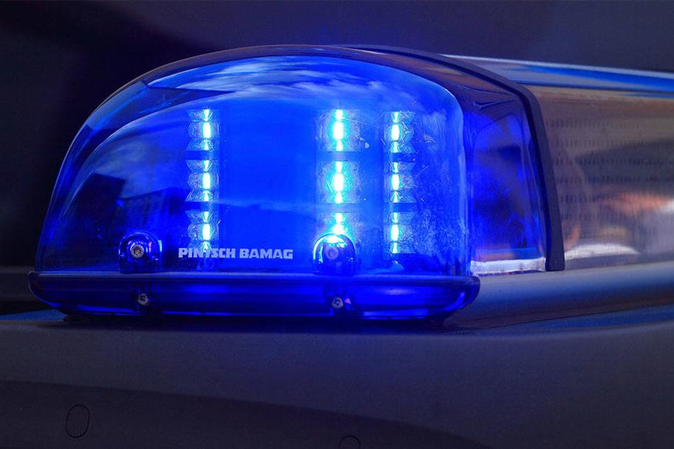 Ein junger Autofahrer schlief kurz am Steuer ein und verursachte so einen Doppel-Unfall.