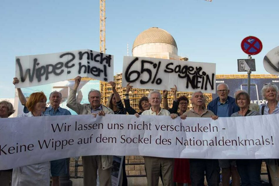 Die Bürgerinitiative protestiert jeden Tag vor dem Schloss gegen das Einheitsdenkmal.