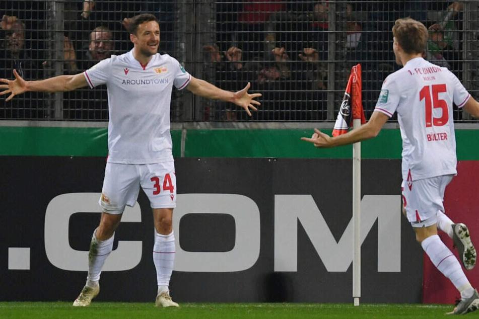 Christian Gentner (l.) bejubelt seinen Treffer zum 3:1 beim SC Freiburg mit Marius Bülter (r).