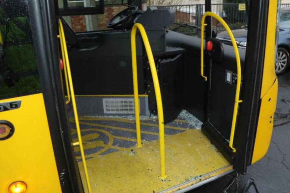 Glassplitter liegen im Innenraum des Busses verteilt.