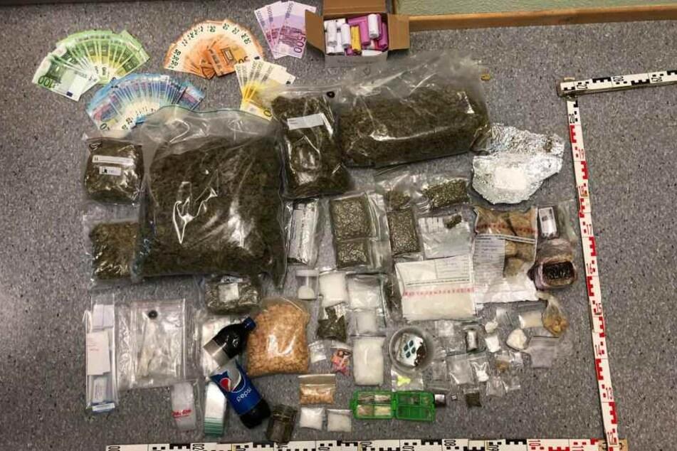 Die Polizei fand kiloweise Drogen und tausende Euro bei dem Mann.
