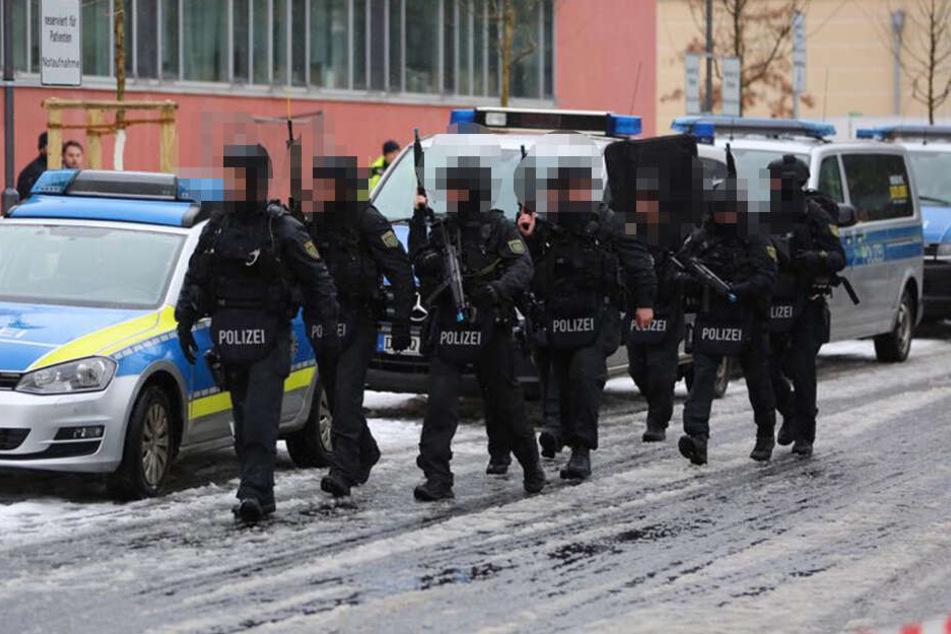 Die Einsatzkräfte stürmen zum Krankenhaus.