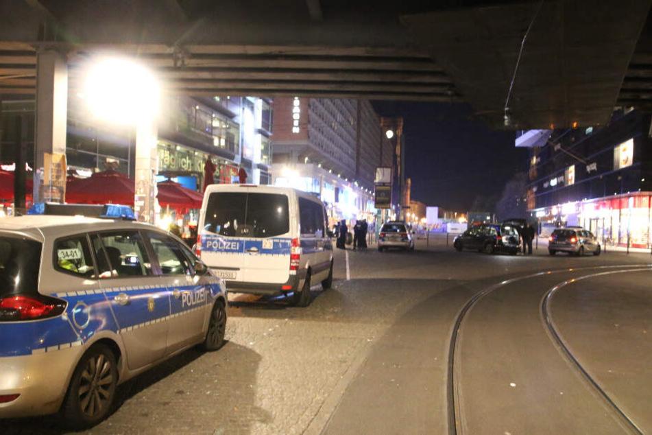 Polizeiwagen stehen unter einer Unterführung am Alexanderplatz.