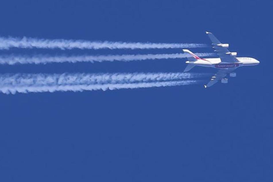 Weiße Kondensstreifen am Himmel. Bestehen sie etwa aus Chemikalien, die die Regierungen in die Luft sprühen?