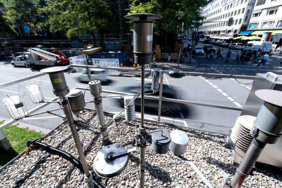 Messstationen an einer Kreuzung in München messen die Qualität der Luft.