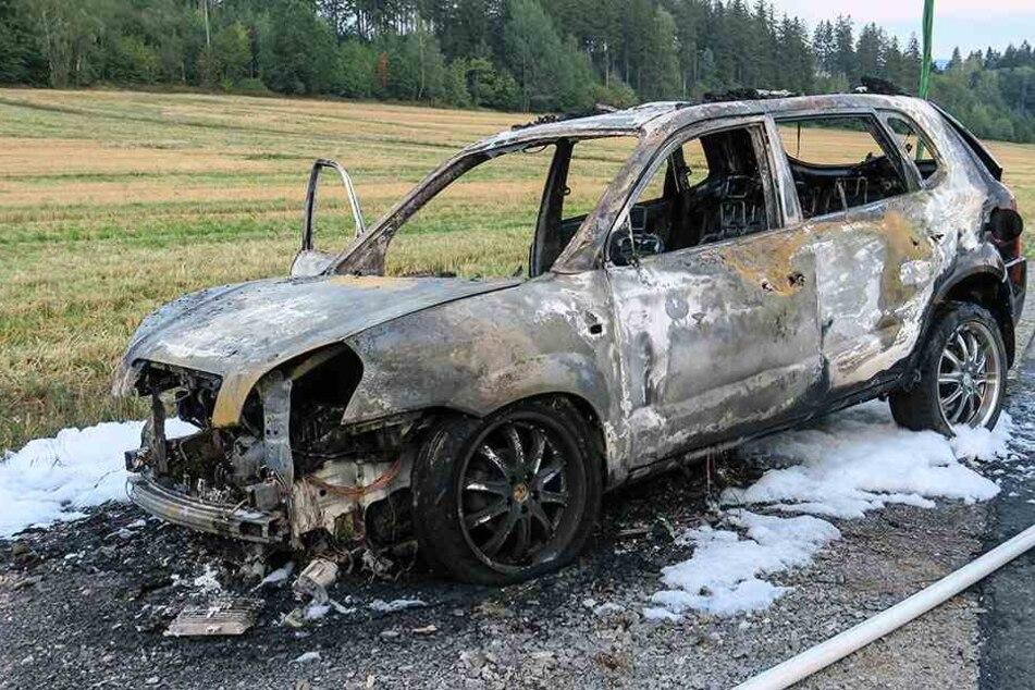 Erzgebirge: Auto eines Feuerwehrmannes in Flammen