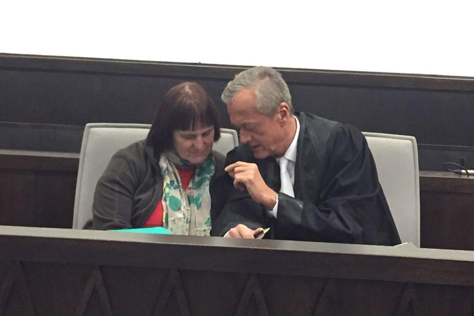 Angelika W. sitzt im Gericht neben ihrem Verteidiger Peter Wüller.