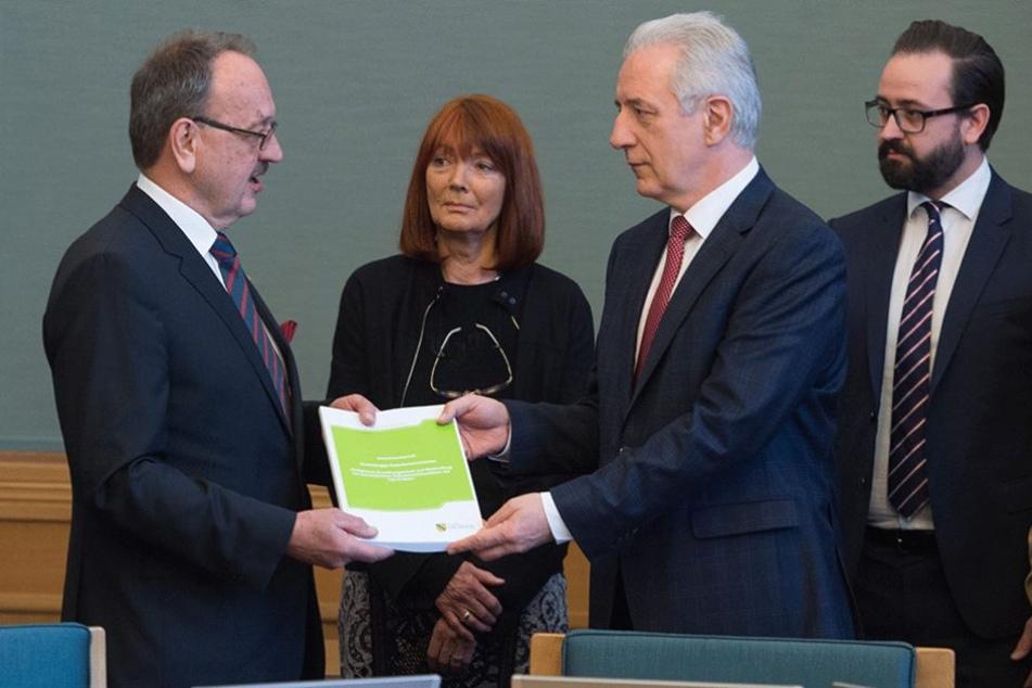 Sachsens Ministerpräsident Stanislaw Tillich (CDU, 2.v.r.) erhält von Herbert Landau (li.) und Katharina Bennefeld-Kersten, Mitglieder des Expertengremiums, den Abschlussbericht.
