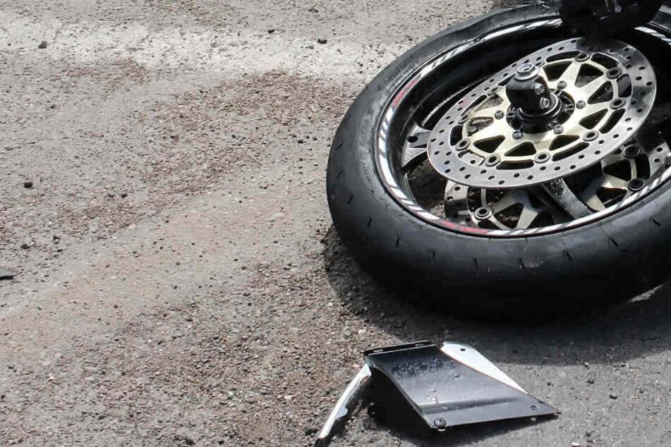 Zwei der drei Toten auf Brandenburgs Straßen am Wochenende waren Kradfahrer. (Bildmontage)