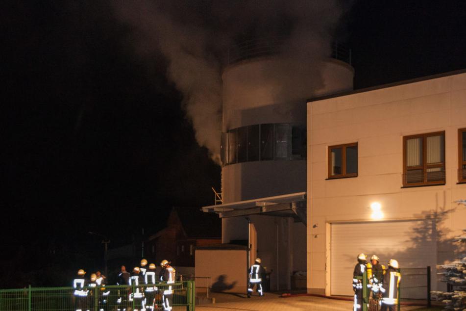 In der Nacht ist es erneut zu einem Brand in einem Silo mit Holzspänen gekommen.