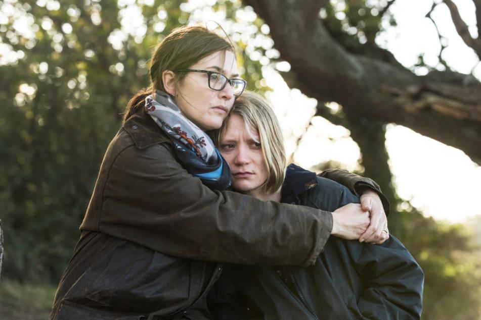 Jennifer (Kate Winslet) und ihre jüngere Schwester Anna (Mia Wasikowska) haben ein ambivalentes Verhältnis zueinander.