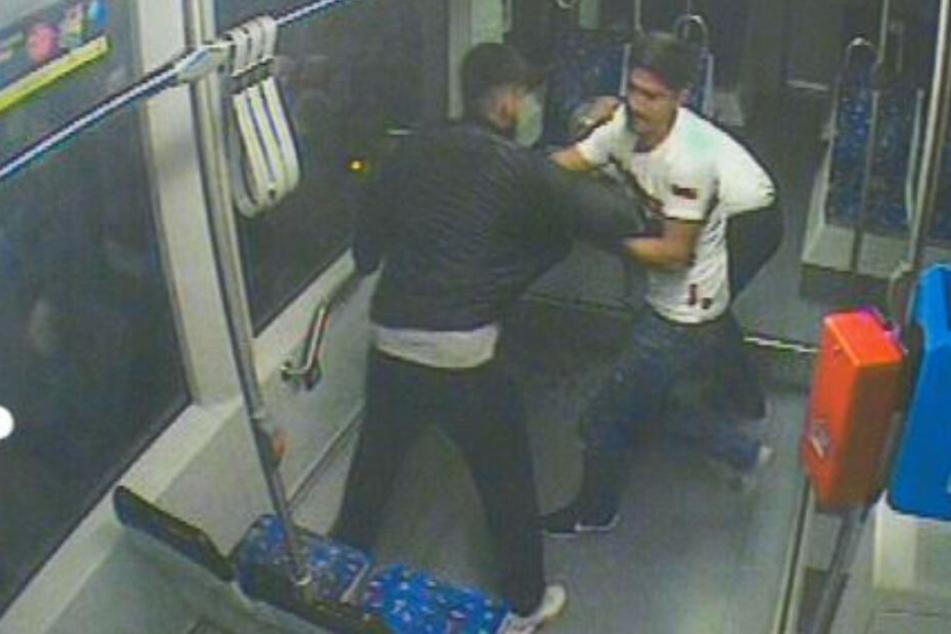 Mit dem Foto fahndet die Polizei nach den bislang unbekannten Straßenbahn-Schlägern.